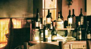 ワインボトルとカラフェのディスプレイ